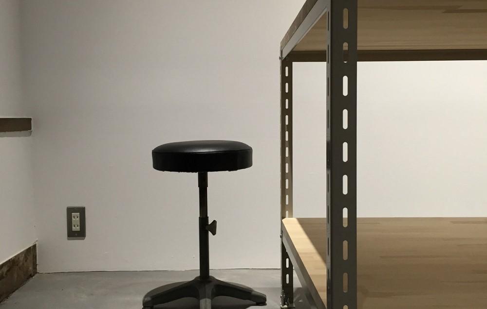 工業用シェルフの柱と集成材のテーブル